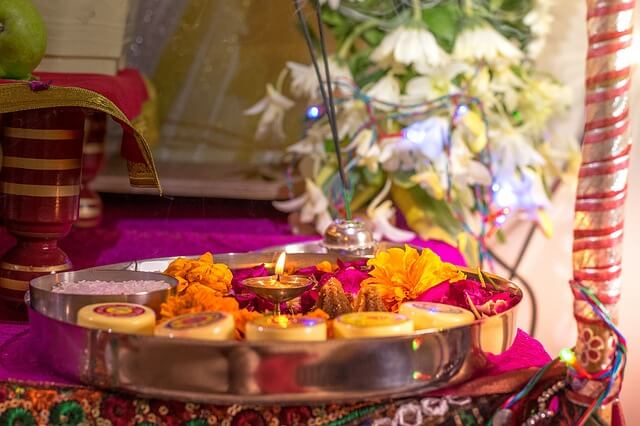 altare-con-offerte-pooja